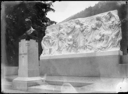 Il monumento a Federico Rosazza